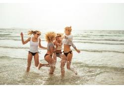 海边玩耍的女孩图片