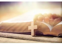 书本上的十字架和佛珠