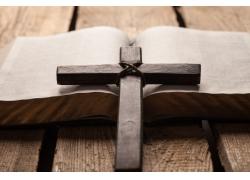 打开书的十字架