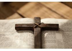 书中间的十字架