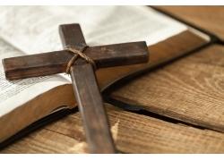 木板上的诗经和十字架