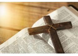 地板上的阳光十字架