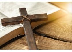阳光书本十字架