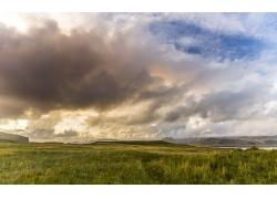 天空白云与草原