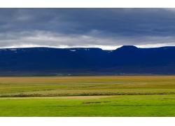 天空山峰与草原