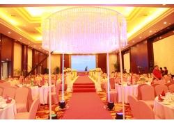 婚礼现场的吊灯和餐桌