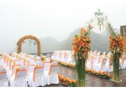 海边雾气中婚礼现场布置