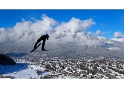 滑雪的男士与冬天雪景