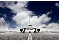 蓝天白云跑道与飞机