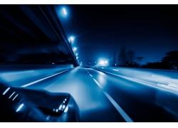 夜晚公路上的交通工具