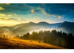 夕阳下的山峰