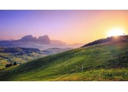 草地日出风景