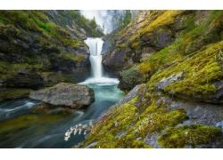 山谷里的瀑布与河流