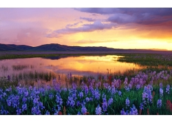 夕阳下的山峰与河流