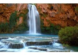 山峰上的瀑布与河流