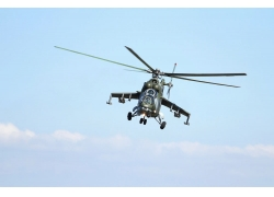 蓝天飞行的直升机