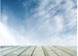 蓝天木板背景