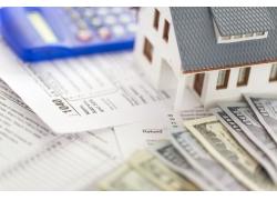 文件上的美元与房屋模型