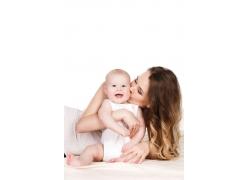 亲吻宝宝的妈妈