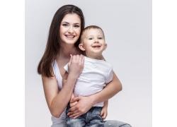 坐着的妈妈与孩子图片