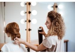 编织头发的女人