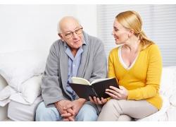 看书的女人与老人图片