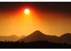 夕阳下的高山