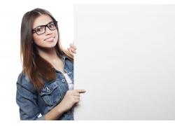 外国美女与广告牌