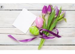 木板上的花朵和卡片图片
