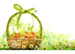 草地竹篮里的彩蛋图片
