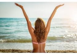 沙滩上的女人背影