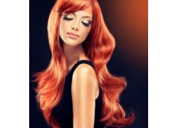 红色长发的发型模特