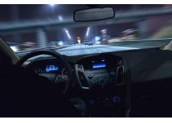 夜晚行驶的汽车