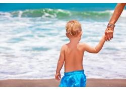 走向海边的赤裸小孩