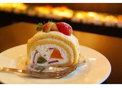 盘子里的蛋糕卷