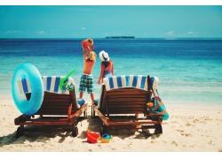 海边度假的家庭图片