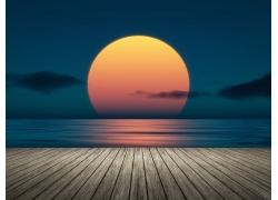 夕阳下的海洋与木板
