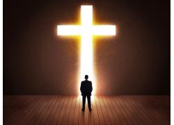 光斑十字架和男人