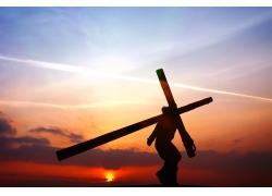 抗着十字架的男士