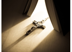 书本下的十字架