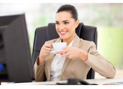 喝咖啡办公的女士