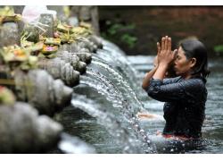 喷泉旁冲浴的妇女