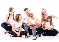 看书的一家人图片
