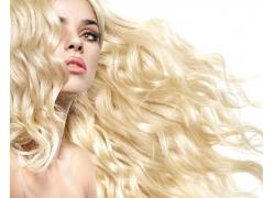 金色卷发女人