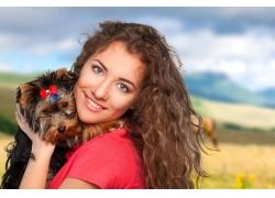 抱着狗的女人