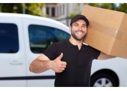 扛纸箱的快乐男人