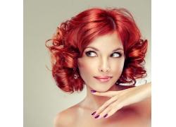 染红发的美女