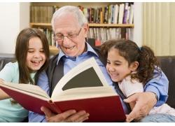 看书的老人和孩子图片