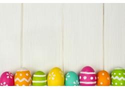 靠在木板上的一排彩蛋