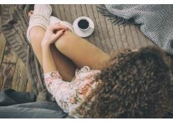 坐着喝咖啡的美女